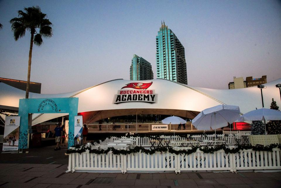 "SaddleSpan S5000 DuoSpan | Photo courtesy of <a target=""_blank"" href=""http://www.buccaneers.com/news/article-1/Bucs-Donate-Large-Buccaneers-Academy-Shade-Structure-to-Downtown-/a0b5767a-8a9d-46d4-bf8f-13ba51972916""> Tampa Bay Buccaneers</a>"